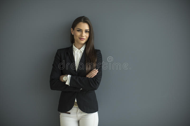 Mulher de negócio nova pela parede fotos de stock royalty free