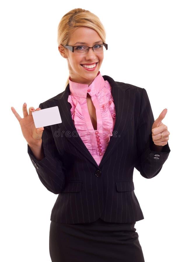 Mulher de negócio nova que apresenta o cartão fotografia de stock royalty free