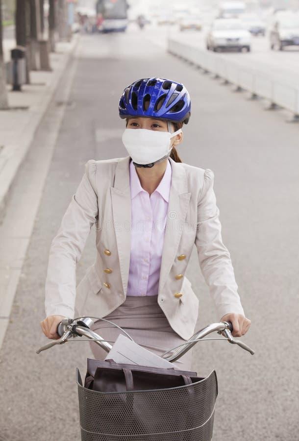Mulher de negócio nova que comuta com uma bicicleta, Pequim, China fotografia de stock