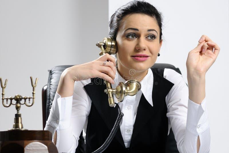 Mulher de negócio nova que escuta imagens de stock