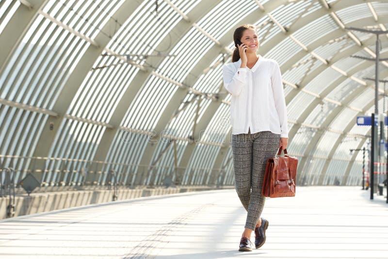 Mulher de negócio nova que fala no telefone móvel fotografia de stock royalty free