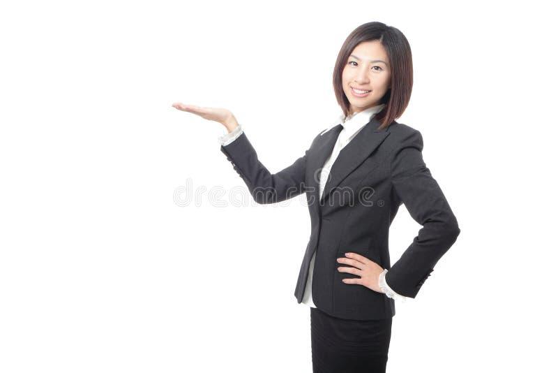 Mulher de negócio nova que introduz algo foto de stock