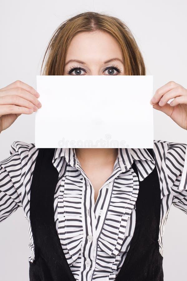 Mulher de negócio nova que prende a placa branca vazia foto de stock royalty free
