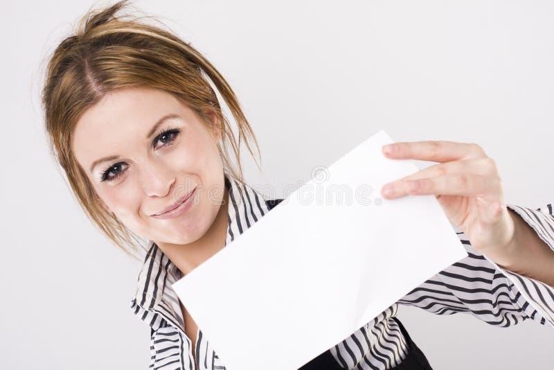 Mulher de negócio nova que prende a placa branca vazia fotos de stock