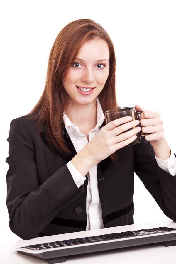 Mulher de negócio nova que prende uma chávena de café. fotos de stock
