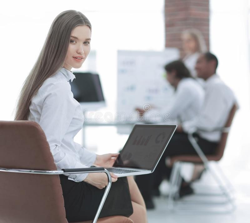 Mulher de negócio nova que prepara-se para uma apresentação nova foto de stock