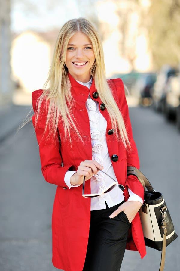 Mulher de negócio nova que sorri ao ar livre imagens de stock