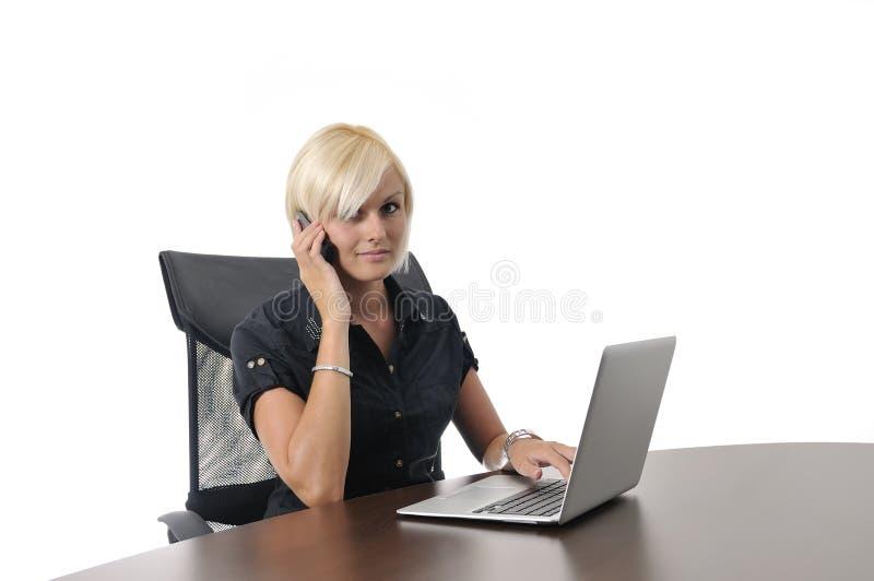 Mulher de negócio nova que trabalha no escritório no portátil imagens de stock royalty free