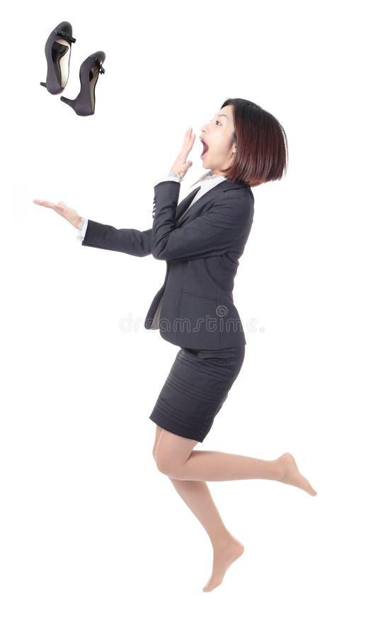 A mulher de negócio nova salta e joga sapatas imagens de stock royalty free