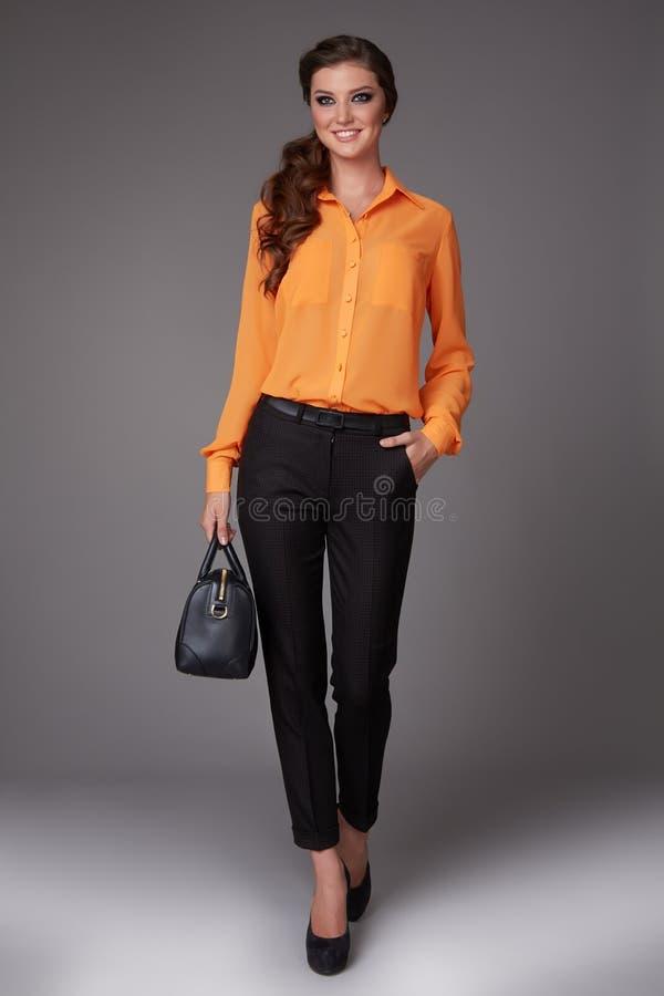 A mulher de negócio nova 'sexy' bonita com composição da noite vestiu-se na blusa apertada do calça e a de seda com as luvas e al foto de stock royalty free