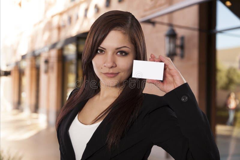 A mulher de negócio nova sustenta um cartão vazio. fotografia de stock royalty free