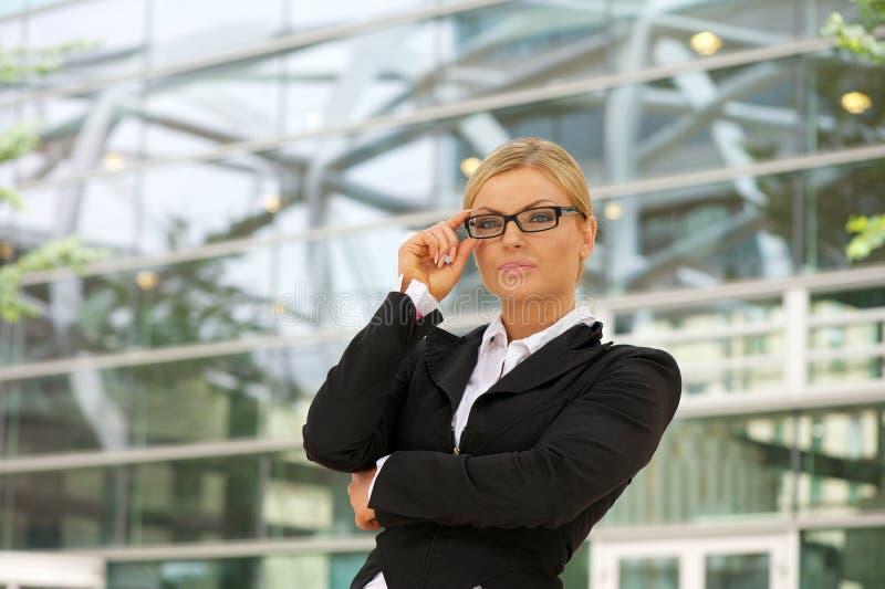 Mulher de negócio orgulhosa que está na cidade imagem de stock