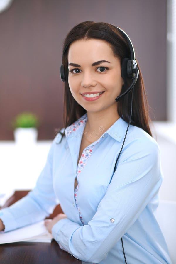 Mulher de negócio ou menina nova do estudante com os auriculares no escritório fotos de stock