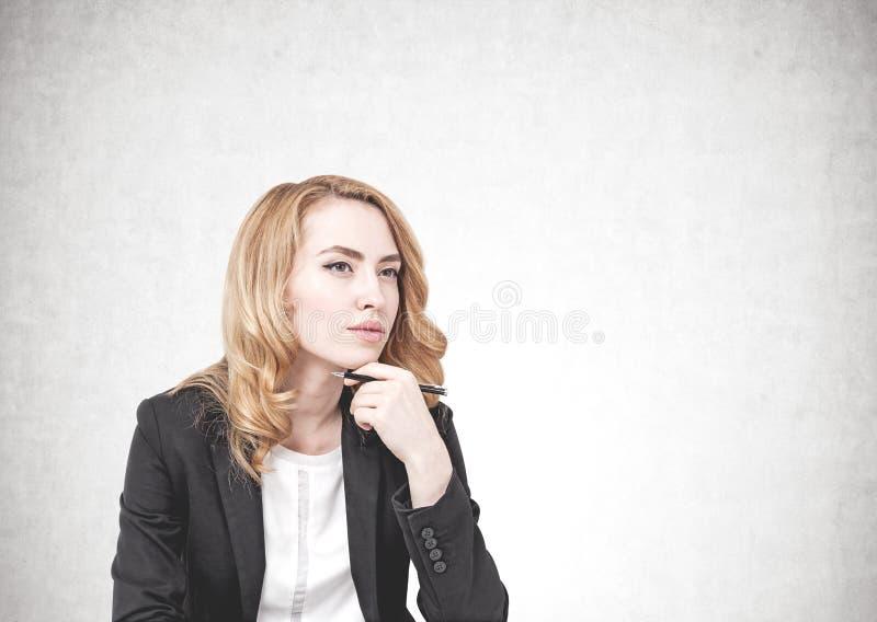 Mulher de negócio pensativa do gengibre, trocista acima foto de stock royalty free