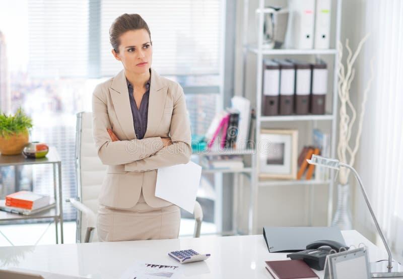 Mulher de negócio pensativa no trabalho foto de stock royalty free