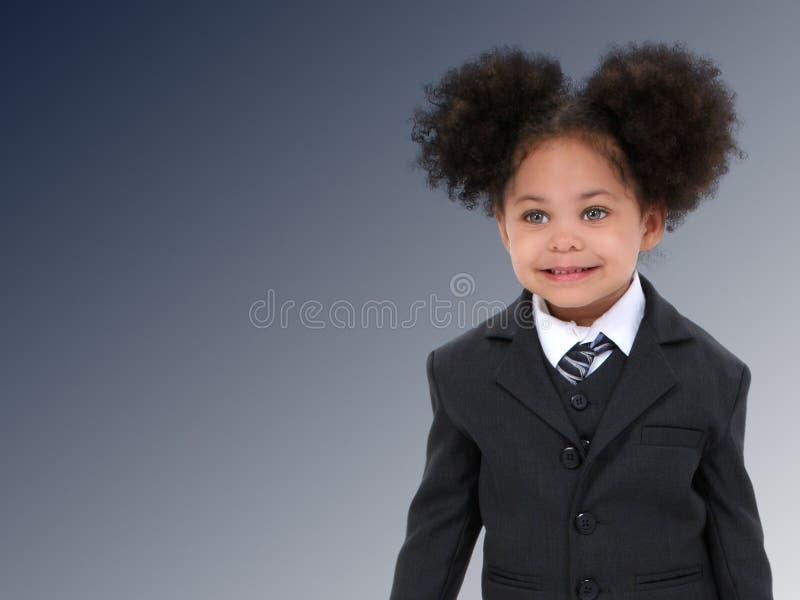 Mulher de negócio pequena bonita no terno e no laço sobre a obscuridade - azul imagens de stock