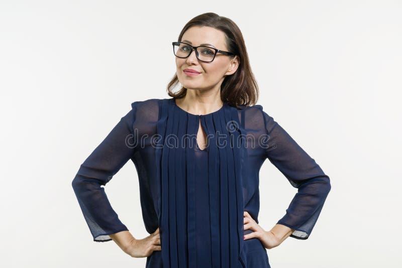 Mulher de negócio positiva da Idade Média, fundo branco foto de stock
