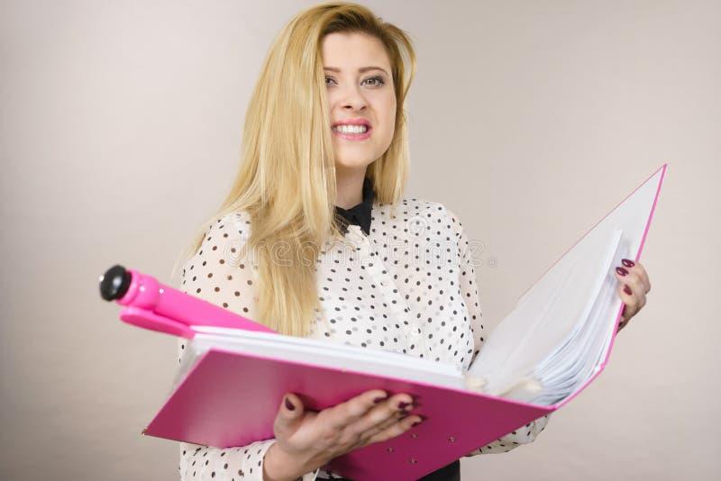 Mulher de negócio positiva feliz que guarda a pasta com originais fotos de stock royalty free