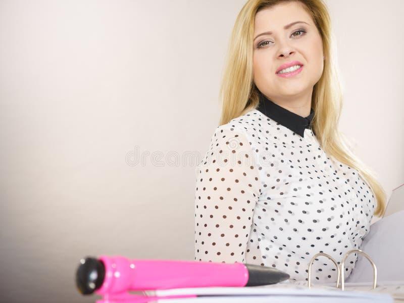 Mulher de negócio positiva feliz que guarda a pasta com originais imagem de stock