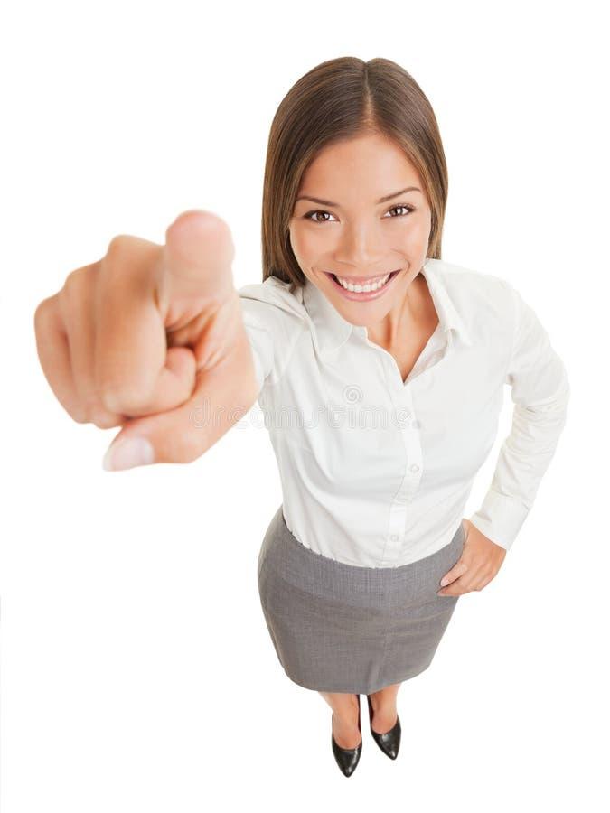 Mulher de negócio positiva que aponta na câmera imagens de stock