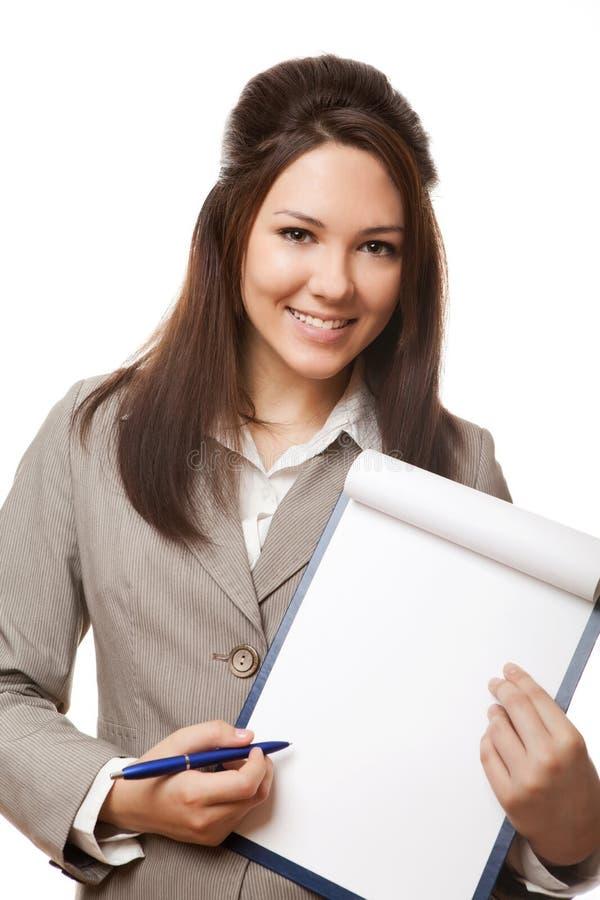 Mulher de negócio positiva que mostra o quadro indicador em branco foto de stock royalty free