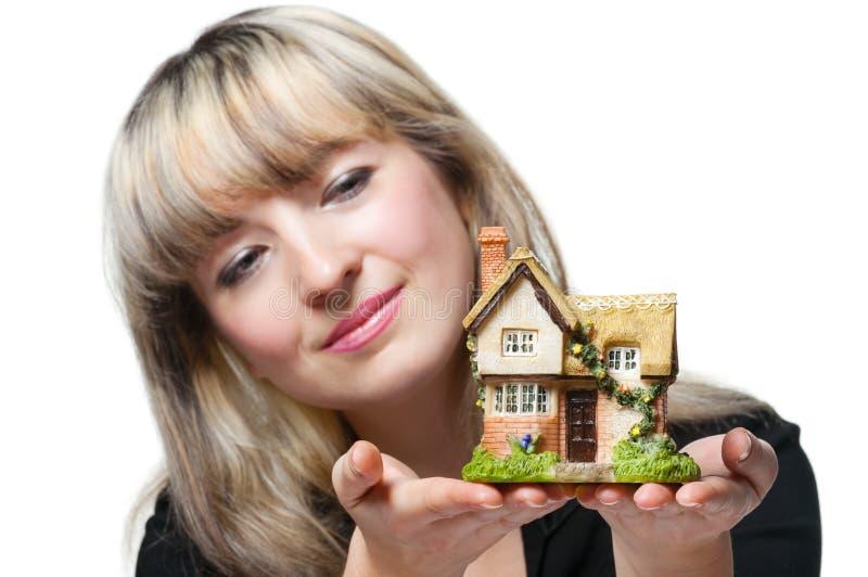 A mulher de negócio prende a casa pequena mim foto de stock royalty free