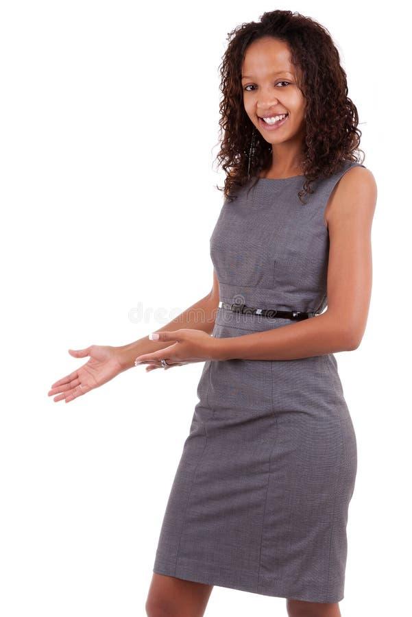 Mulher de negócio preta que faz um gesto de acolhimento fotos de stock