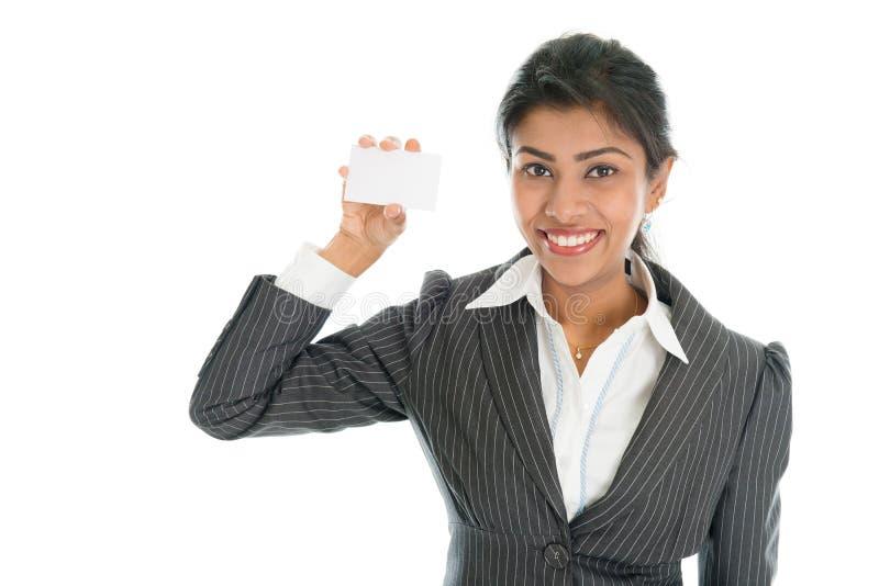 Mulher de negócio preta que mostra o cartão fotos de stock