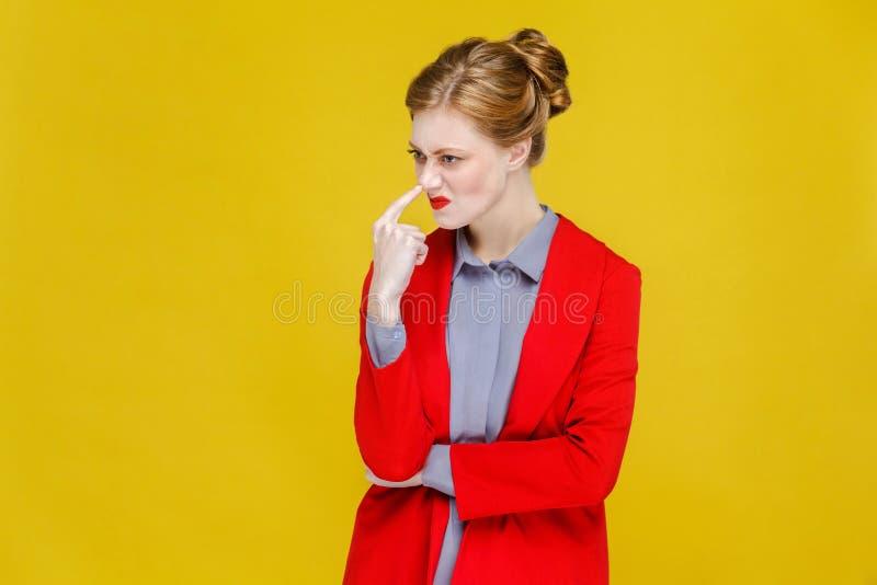 Mulher de negócio principal vermelha do gengibre no terno vermelho que mostra o mentiroso, estranho fotografia de stock royalty free