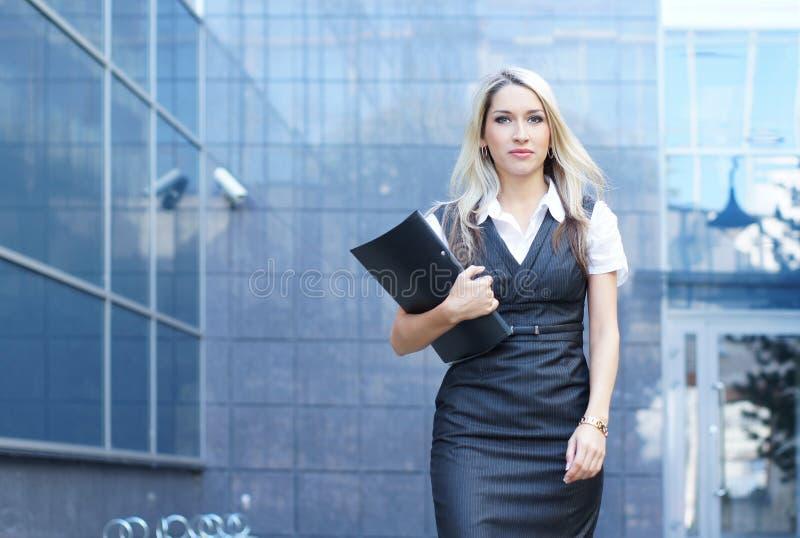 Mulher de negócio que anda abaixo da rua imagens de stock royalty free