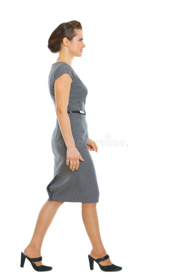 Mulher de negócio que anda no canto foto de stock