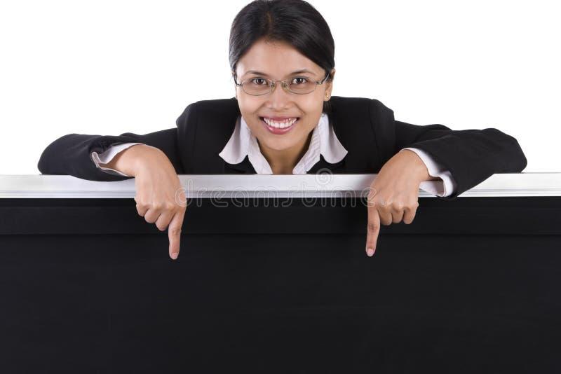 Mulher de negócio que aponta ao quadro-negro foto de stock