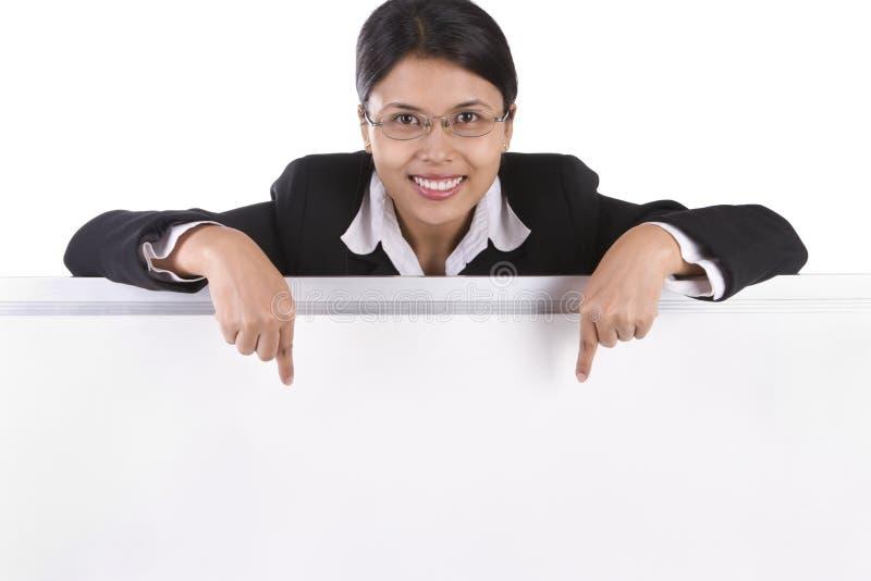 Mulher de negócio que aponta ao whiteboard foto de stock