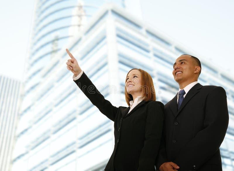 Mulher de negócio que aponta em algo imagens de stock royalty free