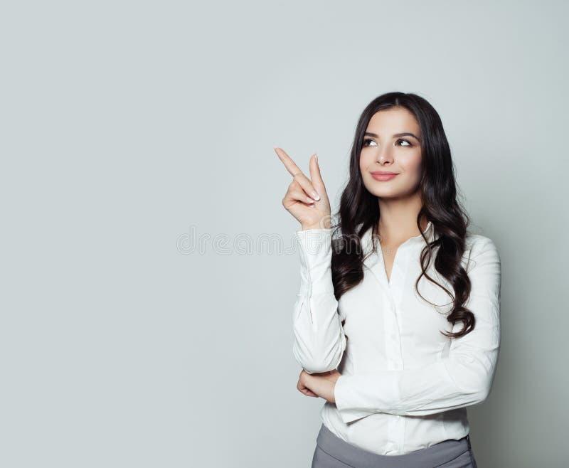 Mulher de negócio que aponta seu dedo acima imagens de stock