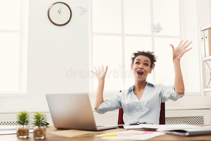 Mulher de negócio que aprecia o projeto bem sucedido imagem de stock royalty free
