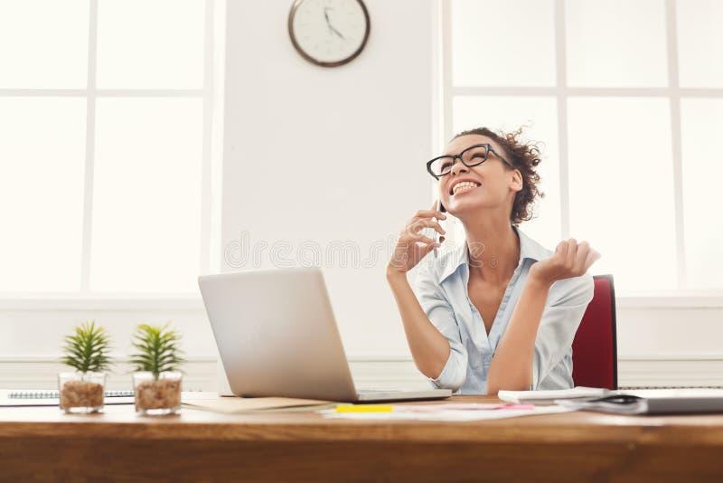 Mulher de negócio que aprecia o projeto bem sucedido imagens de stock royalty free