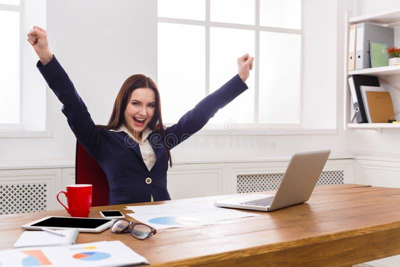 Mulher de negócio que aprecia o projeto bem sucedido fotos de stock