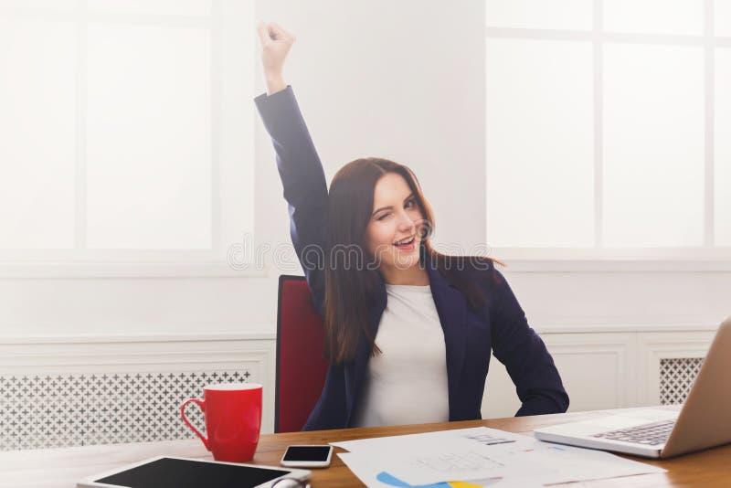 Mulher de negócio que aprecia o projeto bem sucedido imagem de stock