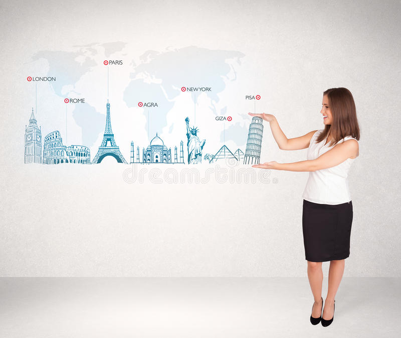 Mulher de negócio que apresenta o mapa com cidades e os marcos famosos fotos de stock royalty free