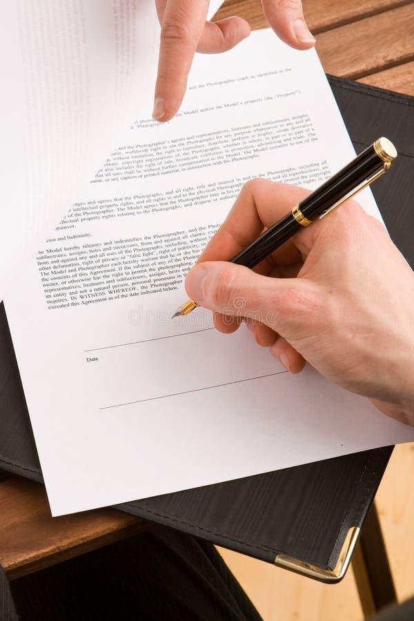 Mulher de negócio que assina um contrato foto de stock royalty free