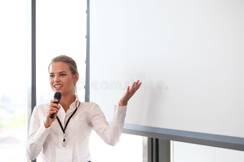 Mulher de negócio que dá a apresentação fotos de stock