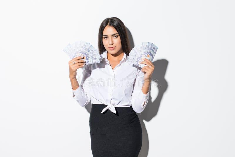 Mulher de negócio que dá dólares do dinheiro do dinheiro nas mãos de passá-las ao cliente isolado no fundo branco fotos de stock