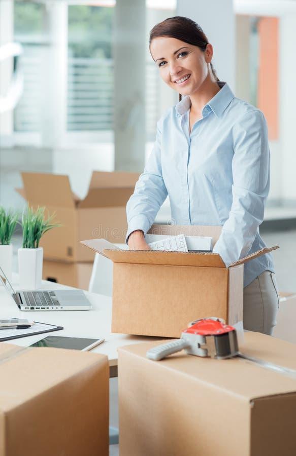 Mulher de negócio que desembala em seu escritório novo fotografia de stock royalty free
