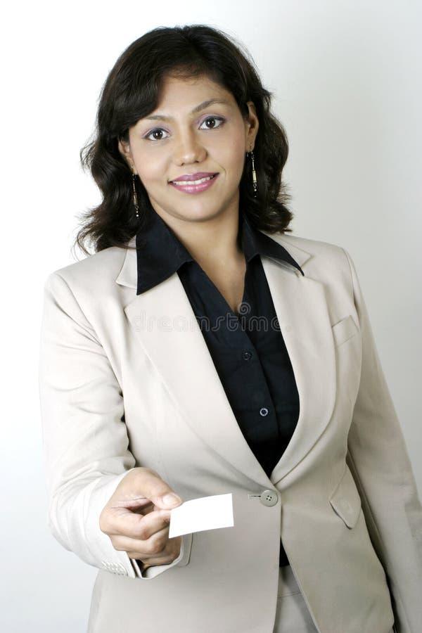Mulher de negócio que entrega um cartão em branco fotografia de stock