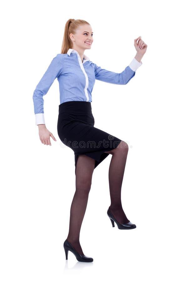 Mulher de negócio que escala escadas imaginárias imagem de stock