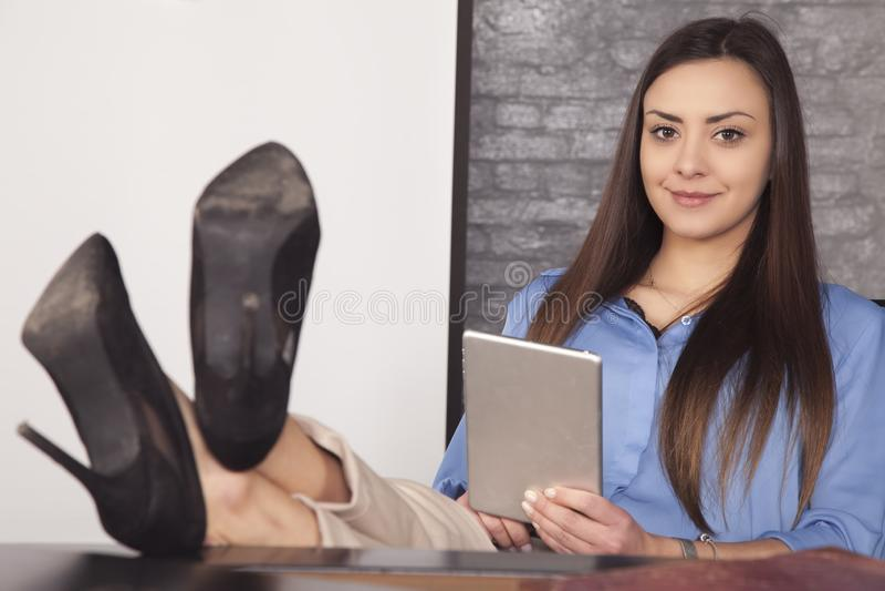 Mulher de negócio que está sendo forçada para fora ao usar a tabuleta imagens de stock
