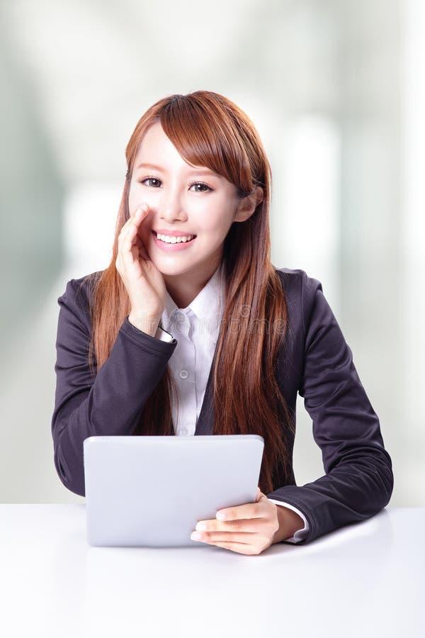 Mulher de negócio que fala e que usa o PC da tabuleta fotos de stock royalty free