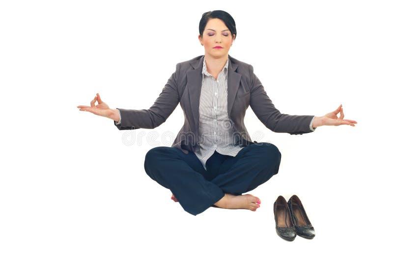 Mulher de negócio que faz a ioga fotografia de stock