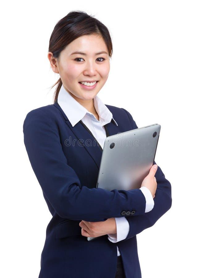 Mulher de negócio que guarda com laptop fotografia de stock